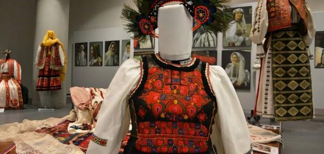 """Expoziţia etnografică românească """"feminitate şi împodobire"""" la Milano"""
