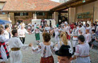 """Un succeso a Milano per la festa dell""""IA"""" camicia tradizionale romena"""